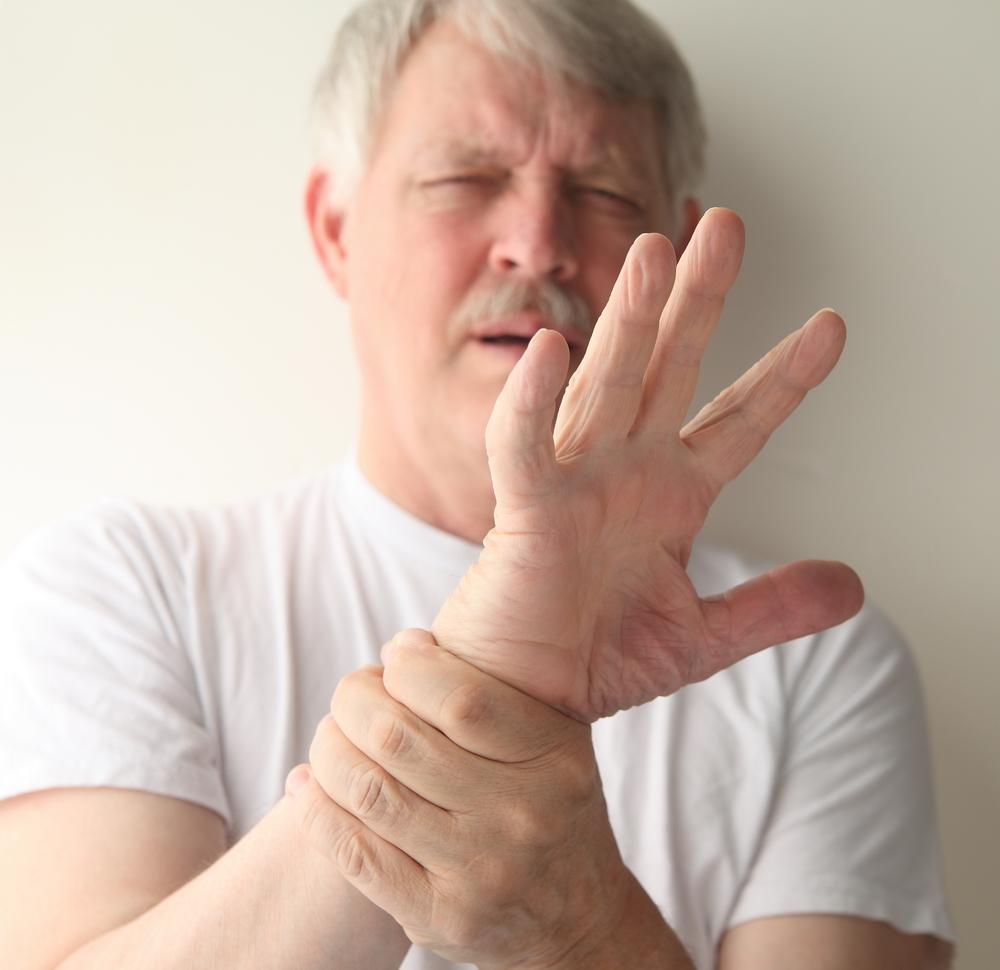 provocând durere în articulațiile degetelor