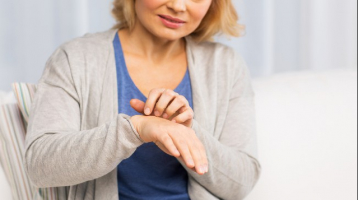artrita reumatoida amorteste mainile