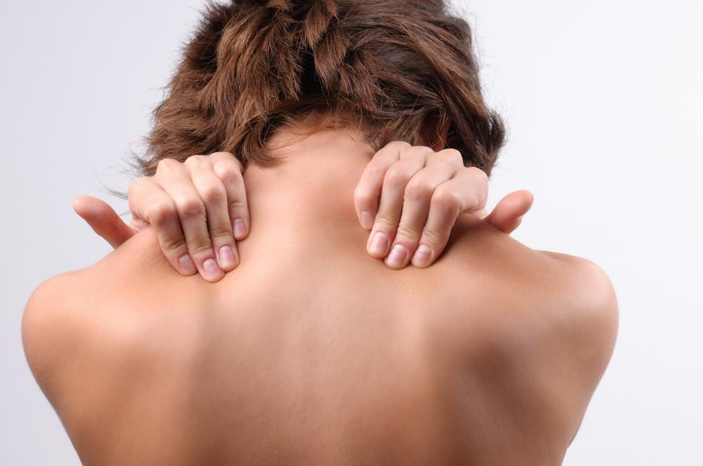 Umerii și mușchii gâtului încordați/contractați (rigiditate cervicală)
